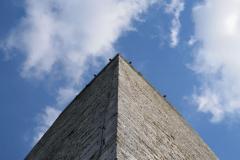 La Torre tra nuvole e cielo